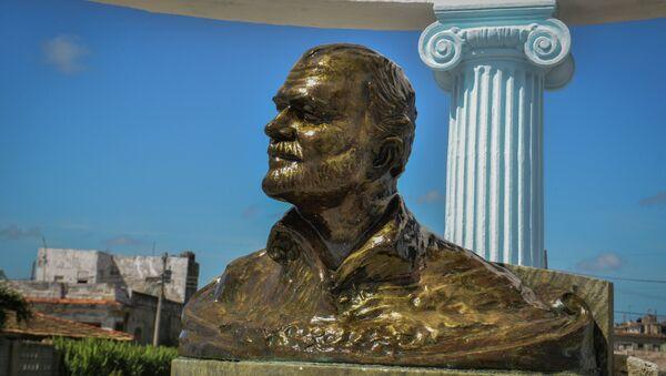 Monumento a Ernest Hemingway en La Habana - Sputnik Mundo