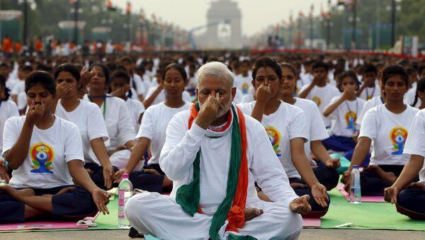 Narendra Modi, primer ministro de la India da clase de yoga para 35.000 personas en Nueva Delhi - Sputnik Mundo