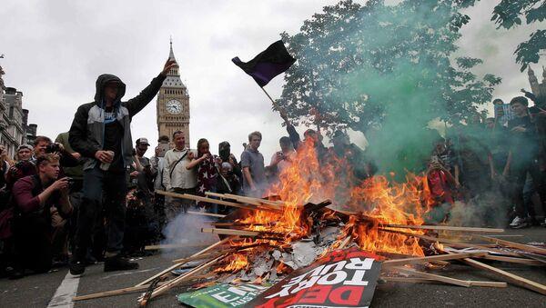 Gran Bretaña anuncia recortes sociales pese a protestas antigubernamentales - Sputnik Mundo