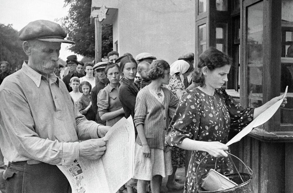 Los habitantes de Odesa leen la prensa