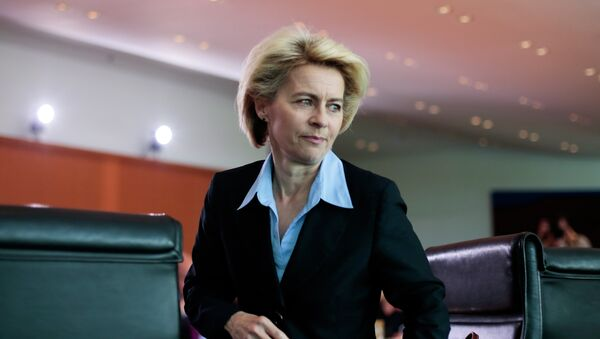 German Defense Minister Ursula von der Leyen arrives for the weekly cabinet meeting at the chancellery in Berlin, Germany, Wednesday, April 29, 2015 - Sputnik Mundo
