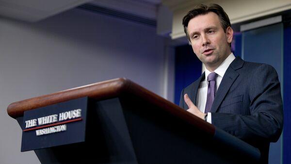 Josh Earnest, secretario de prensa del presidente de EEUU - Sputnik Mundo