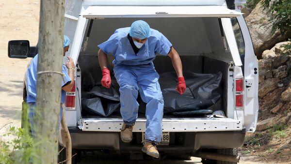 Hallazgo de diez cuerpos en fosas clandestinas en puerto mexicano de Acapulco - Sputnik Mundo