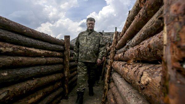 Presidente de Ucrania, Petro Poroshenko, durante una inspección de las trincheras en la región de Donetsk. 11 de junio de 2015 - Sputnik Mundo