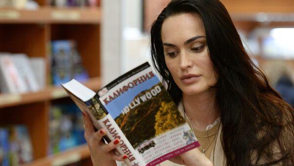 Mujer lees un libro en la librería Biblio Globus en Moscú - Sputnik Mundo
