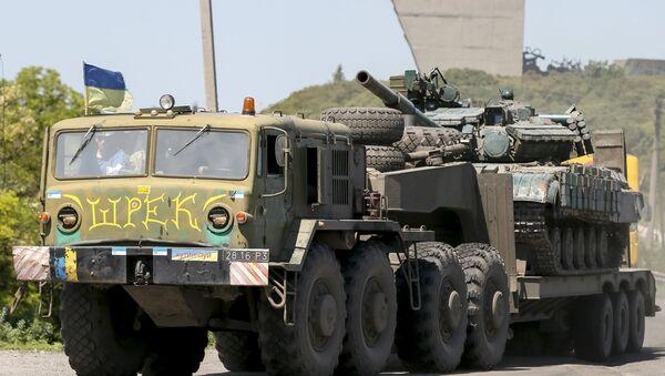 Un camión militar de las fuerzas armadas de Ucrania transporta un tanque cerca Izium, el este de Ucrania - Sputnik Mundo