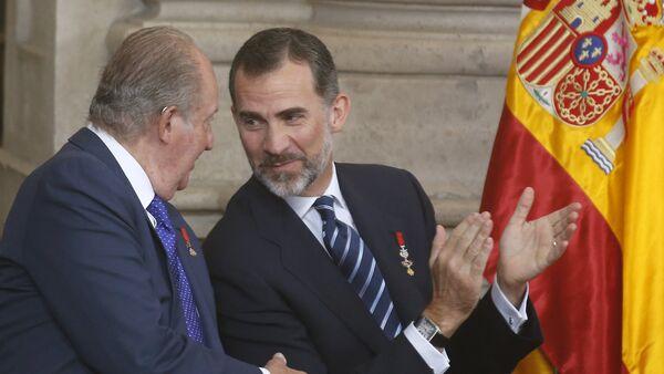 Felipe VI, Rey de España, y su padre, Juan Carlos I, durante la celebración del 30 aniversario de la adhesión de España a la UE en el Palacio Real de Madrid, el 24 de junio, 2015 - Sputnik Mundo