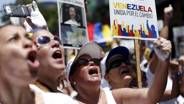 Mitin contra el presidente Nicolás Maduro y en apoyo de la oposición en Caracas, Venezuela, el 30 de mayo, 2015 - Sputnik Mundo