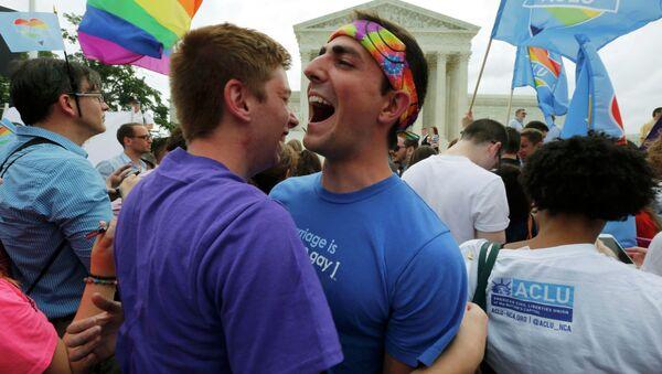 Gente celebran la legalización de matrimonios homosexuales al lado del Tribunal Supremo de EEUU en Washington, el 26 de junio, 2015 - Sputnik Mundo