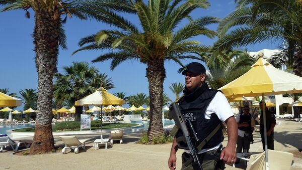 Agente de seguridad tunecino en el lugar del atentado terrorista en el hotel Imperial Marhaba. 26 de junio de 2015 - Sputnik Mundo