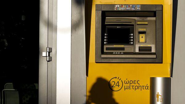 Los bancos de Grecia abrirán solo el martes, se podrá retirar 60 euros al día - Sputnik Mundo