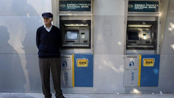 Jubilado espera al lado de un cajero automático del Banco Nacional de Grecia para percibir su pensión en Tesalónica, Grecia, el 29 de junio, 2015 - Sputnik Mundo
