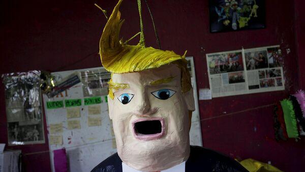 Una piñata con el rostro de Donald Trump - Sputnik Mundo