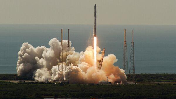 Cohete portador Falcon 9 despues del lanzamiento, Florida, EEUU, el 28 de junio, 2015 - Sputnik Mundo