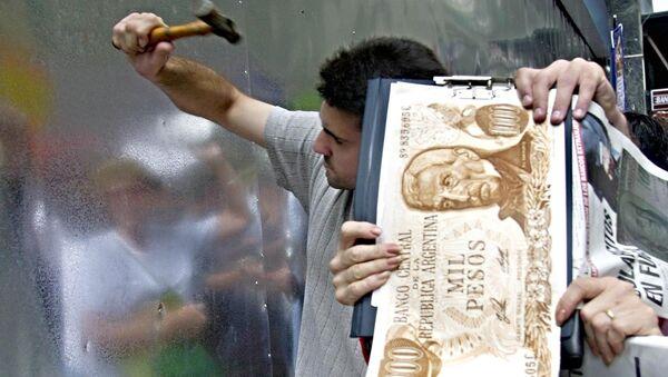 Los argentinos rompen una pared de metal del banco en Buenos Aires en protesta por el bloqueo de sus ahorros - Sputnik Mundo