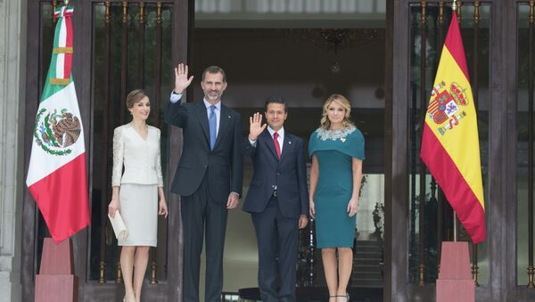 El rey de España Felipe VI, la reina Letizia con el presidente de México, Enrique Peña, y su esposa, Angélica Rivera - Sputnik Mundo