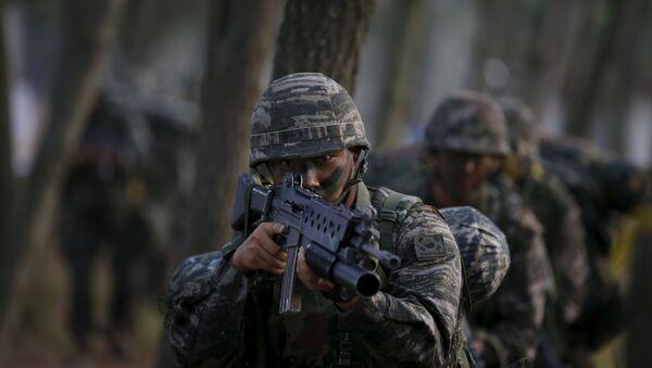 Los soldados del ejército del Сorea del Sur participan en un simulacro de operación militar en una orilla en Taean - Sputnik Mundo