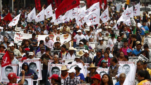 Protesta del nueve meses aniversario de la desaparición de los estudiantes de Ayotzinapa en México - Sputnik Mundo