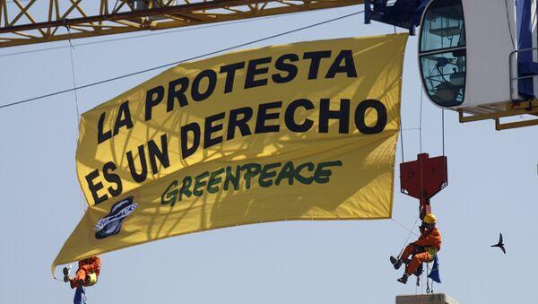 Activistas de Greenpeace cuelgan una pancarta contra la Ley Mordaza sobre el Congreso de los Diputados. Madrid, 30 de junio de 2015 - Sputnik Mundo
