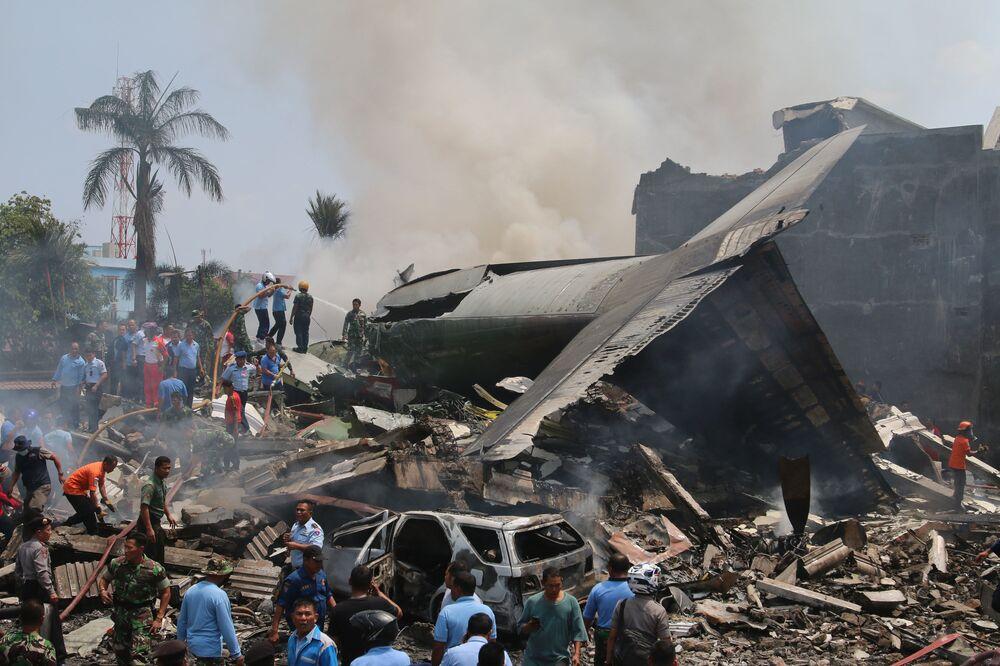 Labores de rescate en el lugar de caída de avión militar en Indonesia