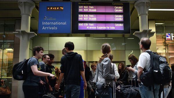 Pasajeros de Eurostar en la estación St Pancras (Londres) despues de la suspención de servicios de trenes - Sputnik Mundo