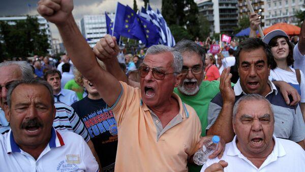 Manifestantes al lado del edificio del parlamento en Atenas, Grecia, el 30 de junio, 2015 - Sputnik Mundo