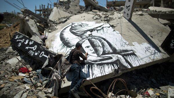Un palestino dibuja un grafiti en conmemoración de Nakba, éxodo palestino tras la creación del Estado de Israel en el 1948. - Sputnik Mundo
