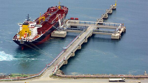 Un buque cisterna de metano en el puerto bilbaíno de Zierbena (Archivo) - Sputnik Mundo