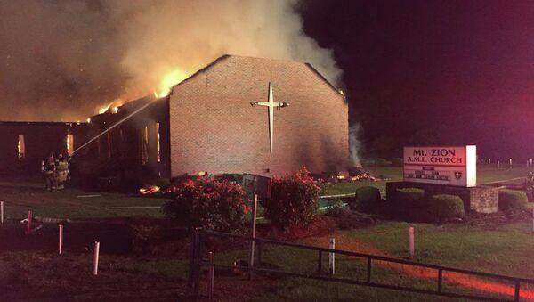 El fuego en la iglesia metodista Mount Zion, en Greeleyville - Sputnik Mundo