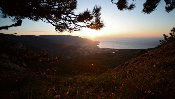 Vista de la ciudad de Yalta en Cirmea desde motaña Ai-Petri al amancer - Sputnik Mundo