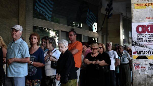 Jubilados hacen cola en el banco en Atenas - Sputnik Mundo