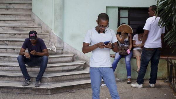 Los cubanos usan el Internet de Wi-Fi público en La Habana - Sputnik Mundo