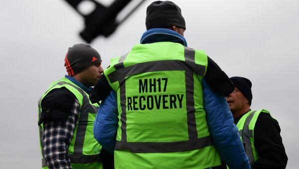Los miembros del equipo de recuperación de vuelo MH17 en una de las áreas del accidente aéreo  - Sputnik Mundo