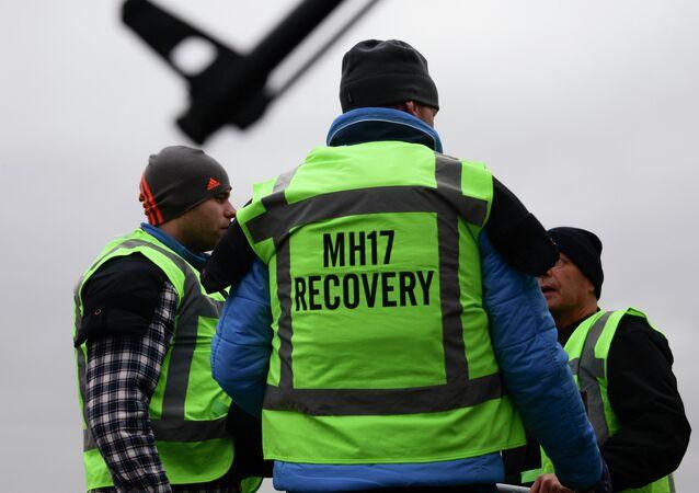 Los miembros del equipo de recuperación de vuelo MH17 en una de las áreas del accidente aéreo