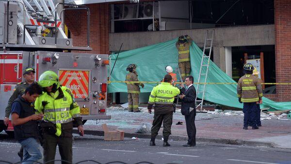 Policías y bomberos colombianos en el lugar del atentado en centro financiero de Bogotá - Sputnik Mundo