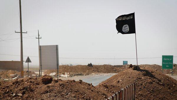 Bandera de Estado Islámico vista en la línea de separación entre EI y fuerzas kurdas - Sputnik Mundo