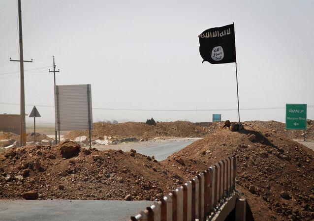 Bandera de Estado Islámico vista en la línea de separación entre EI y fuerzas kurdas