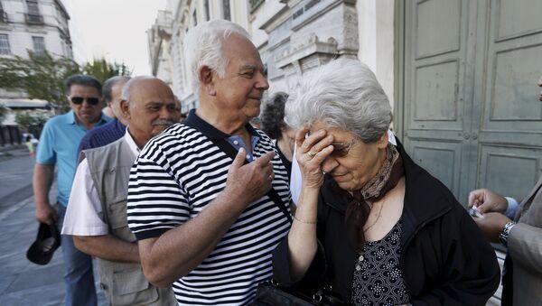 Pensionistas griegos hacen cola en un banco en Atenas - Sputnik Mundo