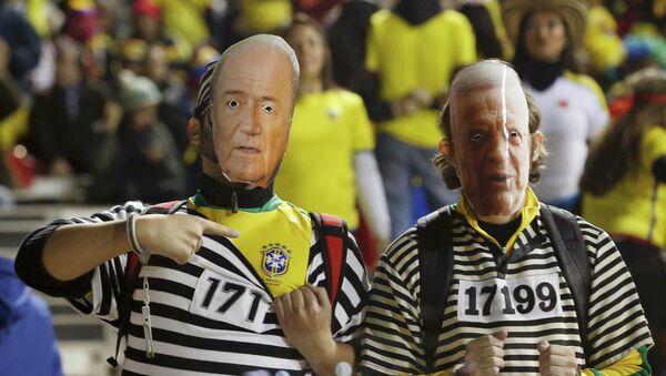 Hinchas brasileños visten máscaras del ex presidente de CBF, José Maria Marin (a la derecha), y presidente de FIFA, Sepp Blatter (a la izquierda) - Sputnik Mundo