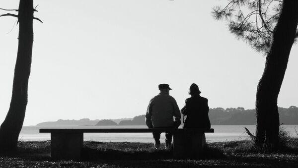 Mujer de 92 años se escapa de hogar de ancianos para verse con su amado - Sputnik Mundo
