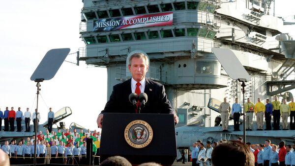 George W. Bush, desde el portaaviones Abraham Lincoln en el Pacífico, anuncia el final de las operaciones militares contra Irak - Sputnik Mundo