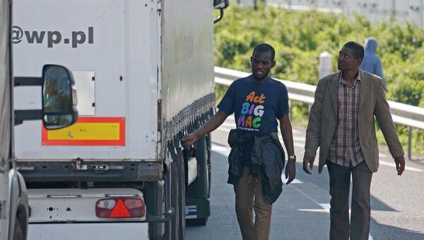 Intentos masivos de paso de inmigrantes bloquea el Eurotúnel - Sputnik Mundo