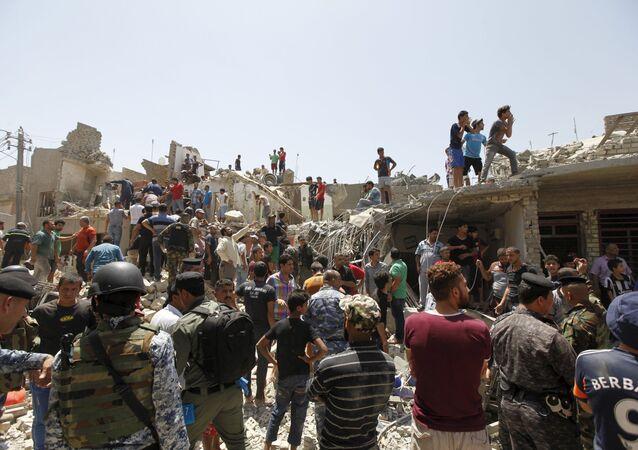 Casas dañadas por el misil perdido por un avión de la Fuerza Aérea de Irak, Bagdad, Irak, el 6 de julio, 2015