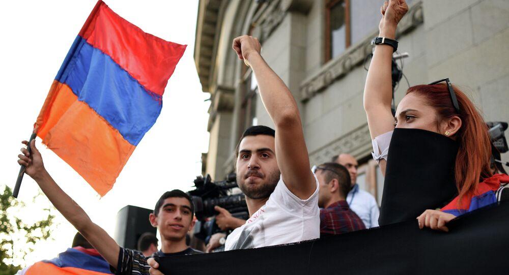 El manifestante agitando la bandera de Armenia (archivo)