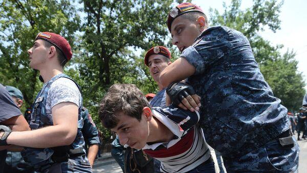 Los policías armenios detienen manifestantes - Sputnik Mundo
