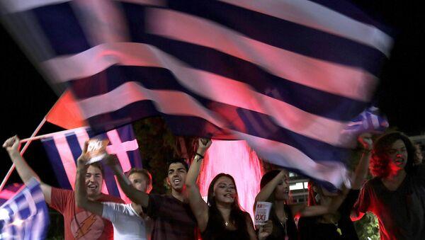 Gente con las banderas griegas cerca del Parlamento de Grecia - Sputnik Mundo