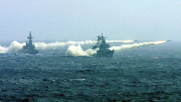 Dos buques de guerra chinos durante ejercicios competitivos - Sputnik Mundo