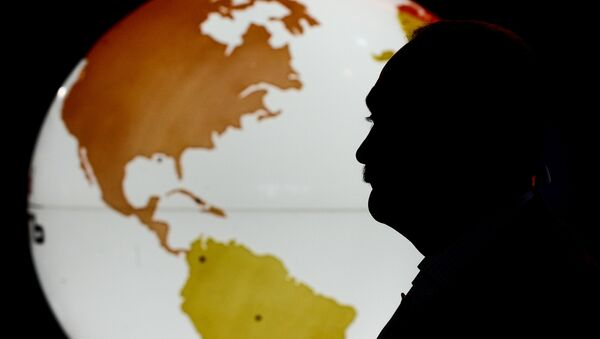 Профиль человека на фоне карты мира - Sputnik Mundo