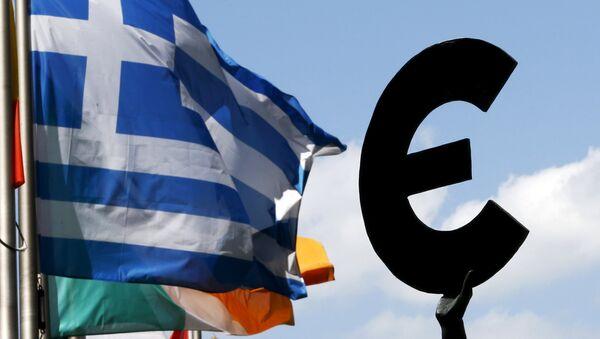 Bandera de Grecia y símbolo de euro frente al Parlamento Europeo - Sputnik Mundo