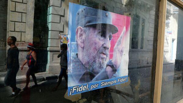 Сartel con el líder histórico cubano Fidel Castro - Sputnik Mundo